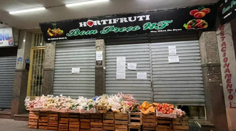 Hortifruti de Nova Friburgo coloca produtos na calçada para doação