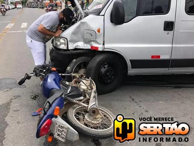 Van e moto se envolvem em acidente de trânsito no Centro da cidade de Sousa