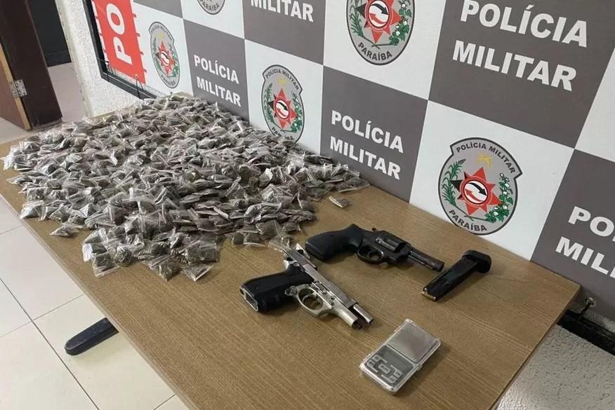 Homem procurado por homicídio e roubo é preso com armas e drogas