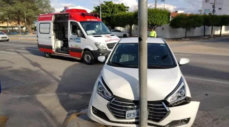 Problemas no semáforo podem ser causadores do acidente entre ambulância e veículo no centro de Patos