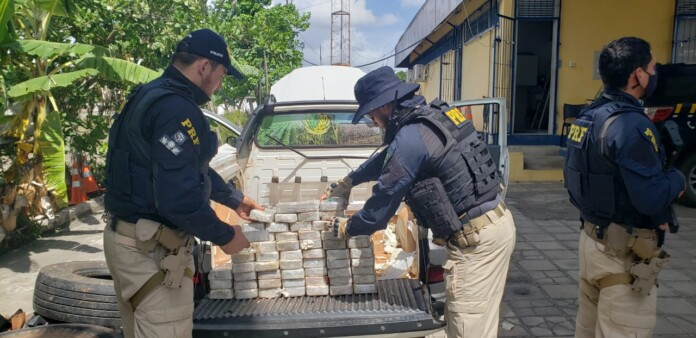 PRF apreende 60 kg de pasta base de cocaína em trecho da BR-230
