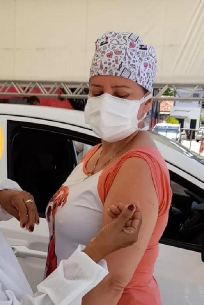 Mulher recebe doses de vacinas diferentes contra Covid-19 e secretaria reconhece erro