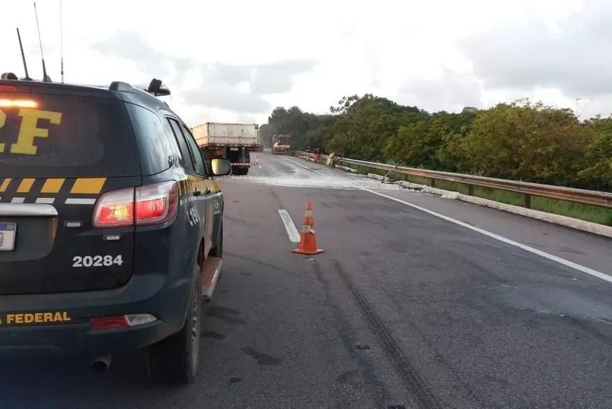 Acidente envolvendo caminhões deixa BR parcialmente interditada