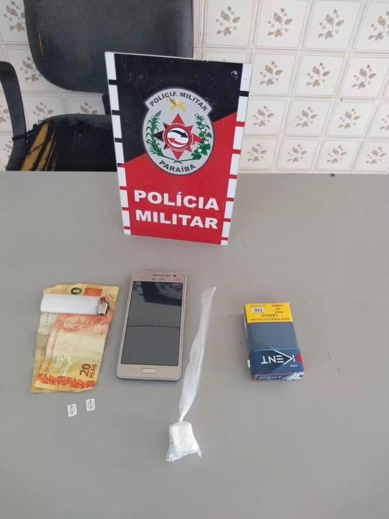 POLÍCIA MILITAR PRENDE SUSPEITO COM ENTORPECENTE E MOTOCICLETA IRREGULAR EM POMBAL
