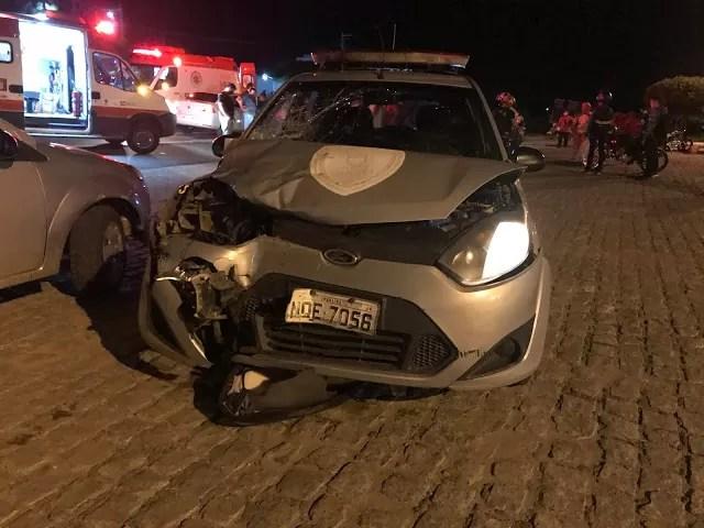 Acidente de trânsito envolvendo moto e viatura da Polícia Civil deixa casal ferido na BR 230, em Cajazeiras