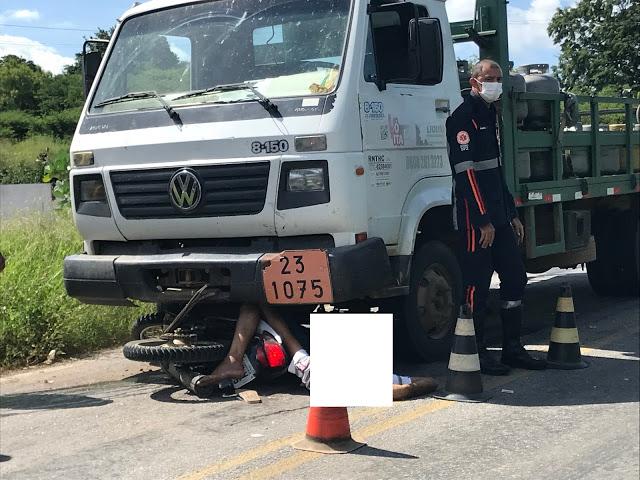 Moto colide contra caminhão e condutor tem morte no local  em Cajazeiras PB