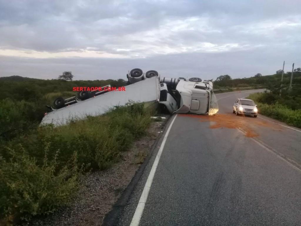 Motorista fica ferido após carreta tombar em curva, próximo a Pombal; VEJA FOTOS E VÍDEO