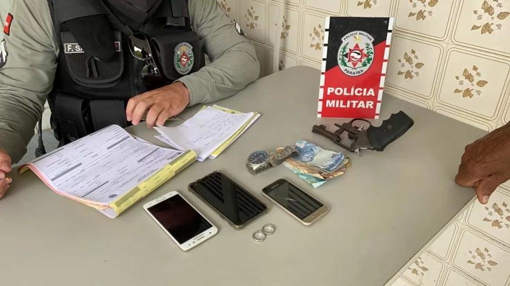 POLICIA MILITAR APREENDE ARMA DE FOGO E PRENDE EM FLAGRANTE INDIVÍDUO QUE FEZ ARRASTÃO NO CENTRO DE POMBAL