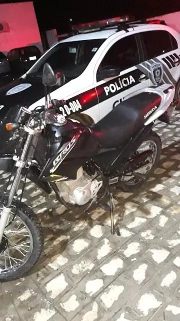 Moto tomada de assalto em Cajazeiras é recuperada pela Polícia militar na madrugada deste sábado