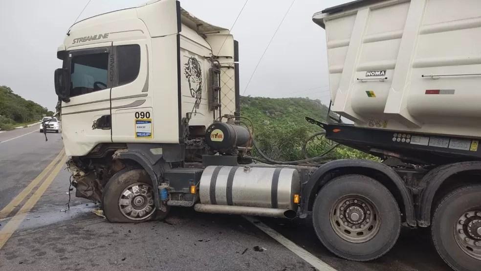 Colisão entre carro e caminhão deixa quatro mortos na BR-222, no interior do Ceará