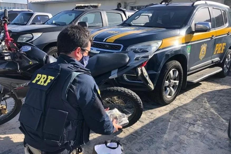 Casal é preso transportando em motocicleta um quilo de maconha