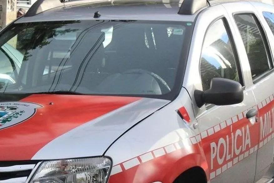 Polícia Militar apreende arma ao interceptar carro que circulava com faróis apagados