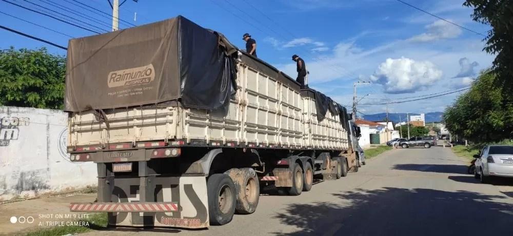 BOPE apreende carreta bitem com carga de cigarros contrabandeados no Sertão da Paraíba