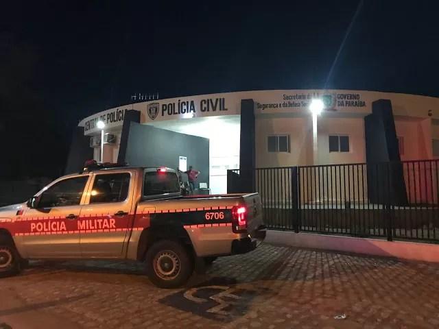 polícia militar prende em flagrante acusada de desferir golpes de faca no companheiro