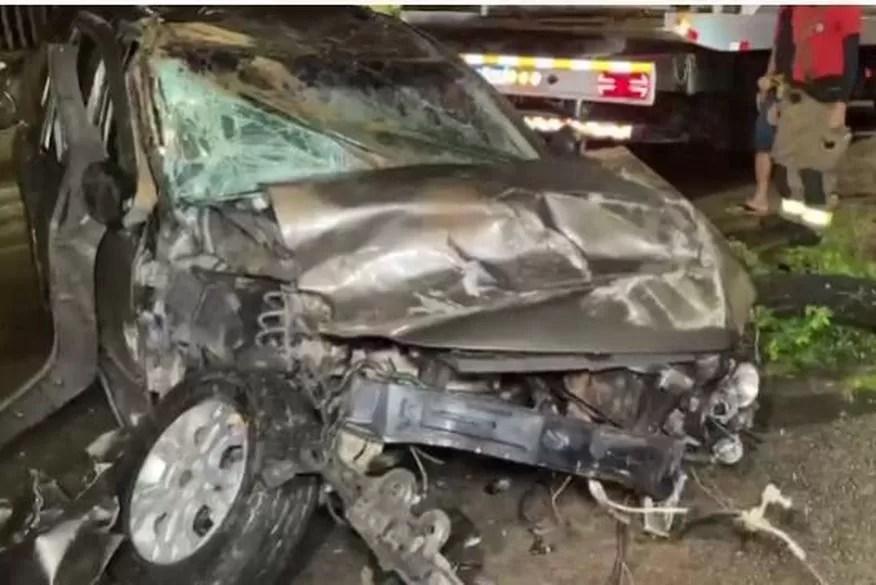 Motorista fica ferido após perder controle e capotar carro na Grande João Pessoa