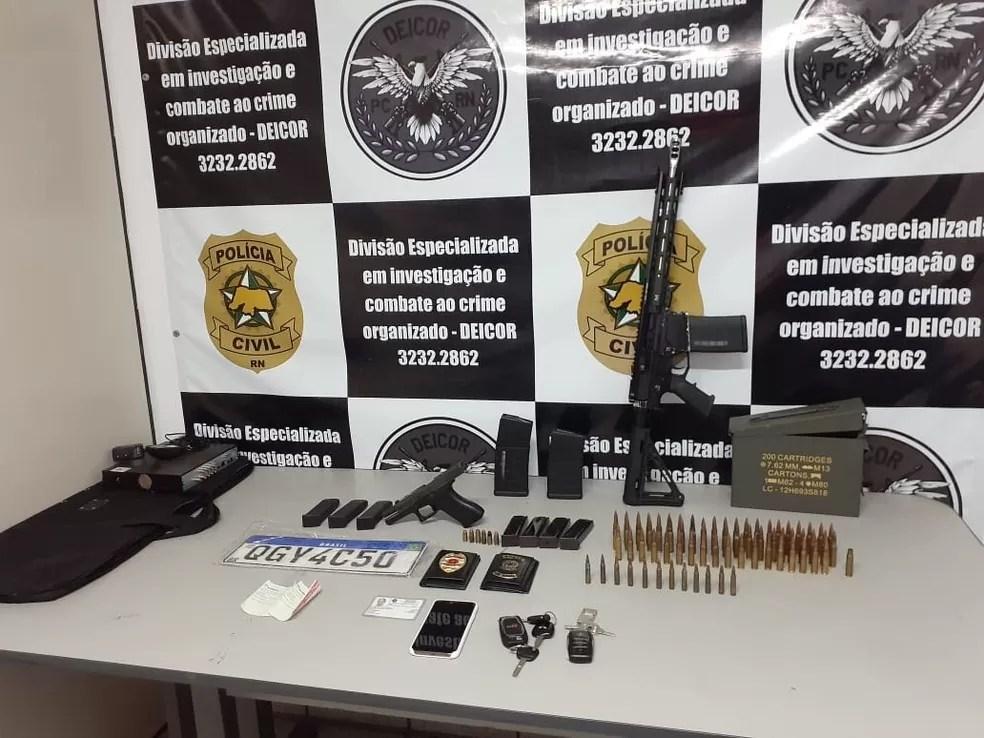 Polícia apreende fuzil, munições e dois carros blindados em Natal; dois são presos