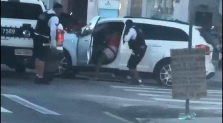 Polícia Militar resgata vítima rendida por bandido dentro de carro e tiroteio é registrado em avenida de João PessoaF
