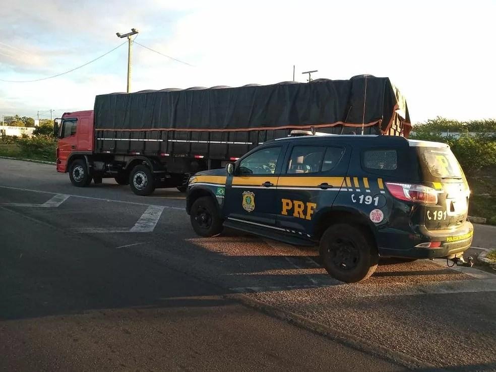 PRF apreende caminhão com 150 mil maços de cigarros contrabandeados no Agreste potiguar