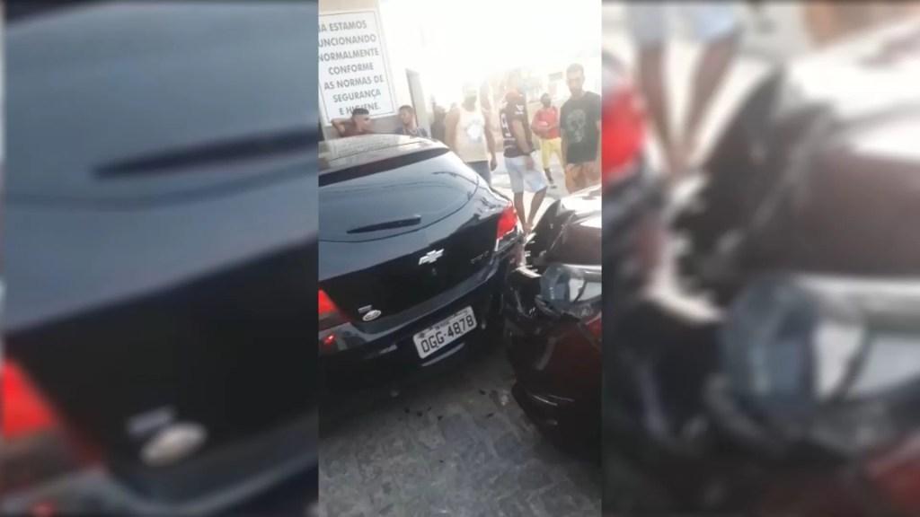 Homem que dirigia ao celular colide em outros dois carros no centro de Patos