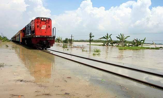 Kereta Mengarungi Banjir