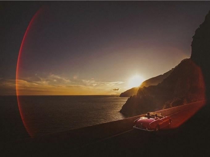 bentangan pantai yang indah dengan cahaya matahari yang mulai turun, bisa kamu dan pasangan jadikan latar belakang untuk foto pre-weddingmu. gambar via: boredpanda.com