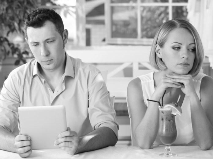 pasangan yang cuek belum tentu berarti bahwa pasanganmu tidak menyayangimu. bisa saja dia memang memiliki sifat seperti itu, dan dia tidak ingin mengekangmu. gambar via: kelascinta.com