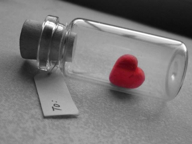 saat rindu melanda, kamu tidak bisa menyampaikan perasaan tersebut padanya. karena kamu tau, kamu hanya mencintai dia dalam diam. gambar via: www.hipwee.com