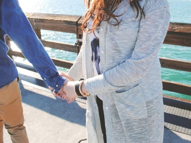 berikan batasan pada temanmu, begitupun pada pasanganmu. kalau perlu kamu bisa terus berada di dekat pasangan ketika pasanganmu dan teman tersebut berinteraksi, agar tidak ada kesalahpahaman yang muncul. gambar via: rockingmama.id