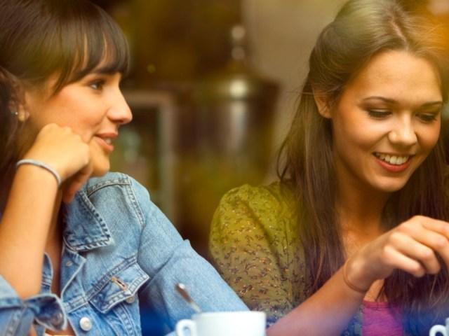 perempuan yang mudah bergaul ternyata sangat menarik bagi para pria lho. gambar via: www.huffingtonpost.com