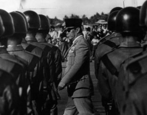 Soekarno Saat Melintas Diantara Barisan TNI