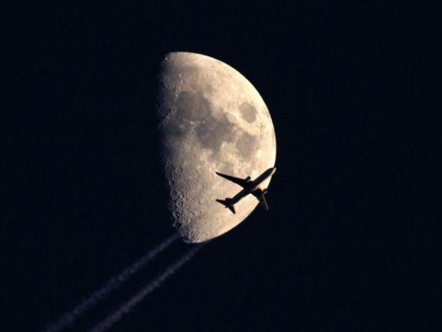 Pesawat Melewati Bulan