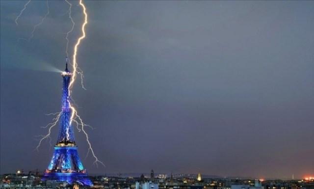 Petir Menara Eifel
