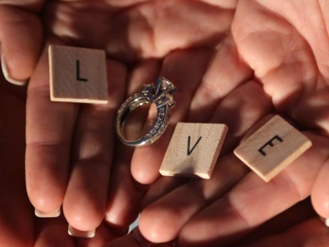 """yang terakhir adalah dia akan menembak langsung dengan pertanyaan """"kapan kita menikah?"""", dan tidak segan-segan mengakhiri hubungannya jika dirasa pasangan tidak serius padanya. gambar via: QM Financial"""