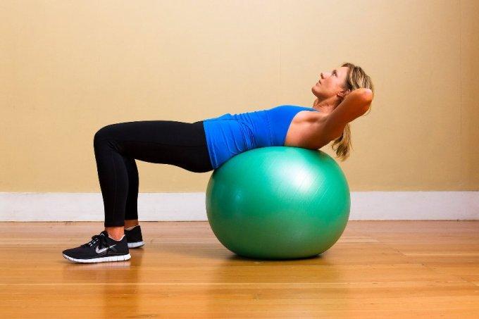 Olahraga mengecilkan perut ball crunch