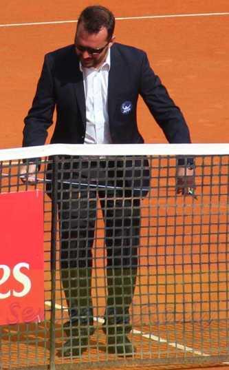 Umpire checking net