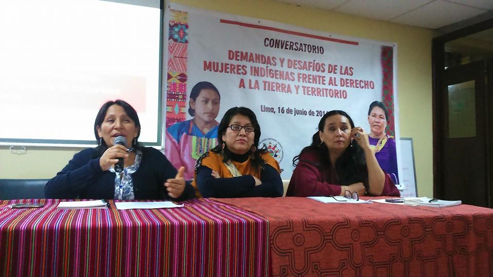 De izquierda a derecha, representantes de ONAMIAP junto a investigadora Rosa Montalvo.