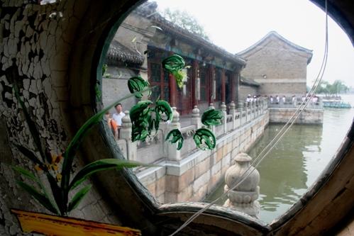 Danau Summer Palace di balik jendela kaca email
