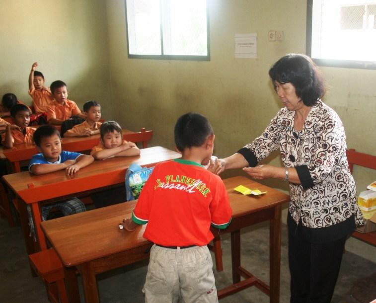Guru mengajar di sebuah SD di Pulau Bangka 2