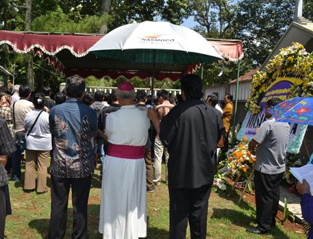Pemakaman romo sumarya bersama uskup payungan ok