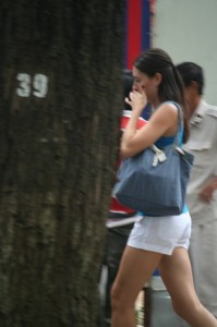 perempuan berjalan sendirian