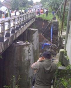 jembatan Cibaruyan Ciamis pondasi ambrol