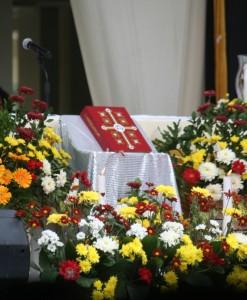 Kitab suci di altar