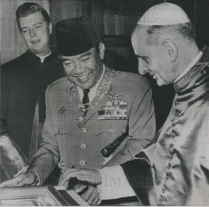 Presiden-Sukarno-dan-Paus-Paulus-VI-by-Historic-Images-com
