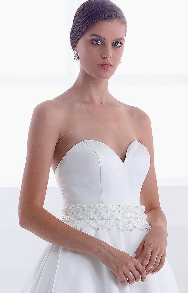 Abito da sposa lungo modello Teodora senza spalline cintura in pizzo e perle particolare frontale