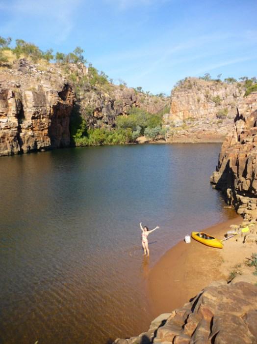 blog voyage australie australia whv backpacker girl bikini happy canoe kayak katherine beach