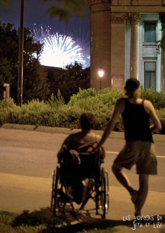 blog canada montreal pvt couple voyage tour monde photo insolite feu artifice loto quebec handicap spectateur rue firework