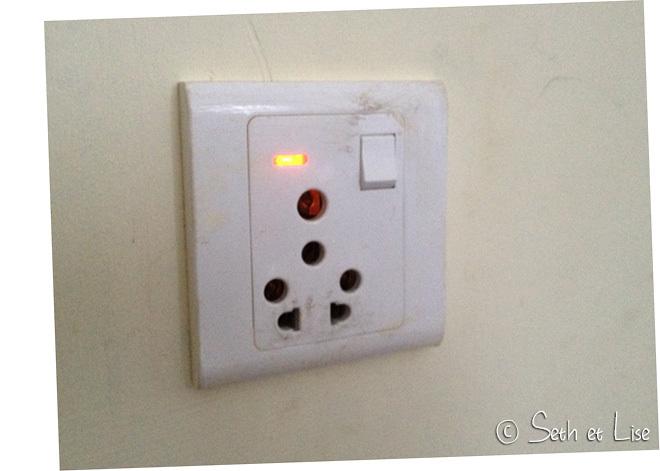 Pratique l'interrupteur sur la prise de courant! Mais surtout, la diode nous permet de savoir quand le courant est revenu!