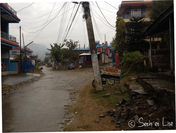 Après une grosse averse, les rues de Pokhara ont un air de fin du monde.
