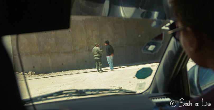 On voit notre pauvre Gilmar se faire gronder comme un enfant par le policier