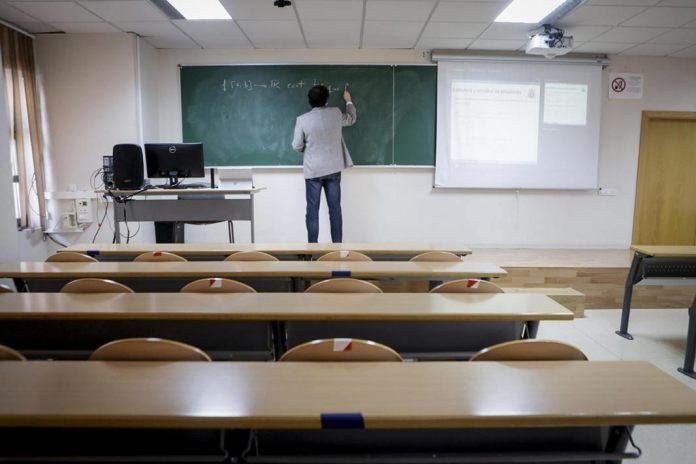 Professor durant una classe virtual impartida en directe des d'un aula de l'Escola d'Enginyeria Informàtica d'Oviedo